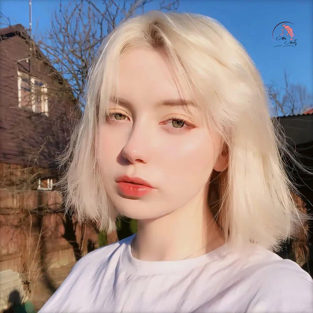Tóc ngắn duỗi thẳng nhuộm vàng trắng