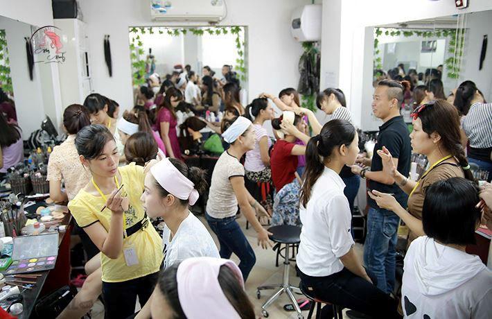 Học viên học trang điểm tại Hand Việt