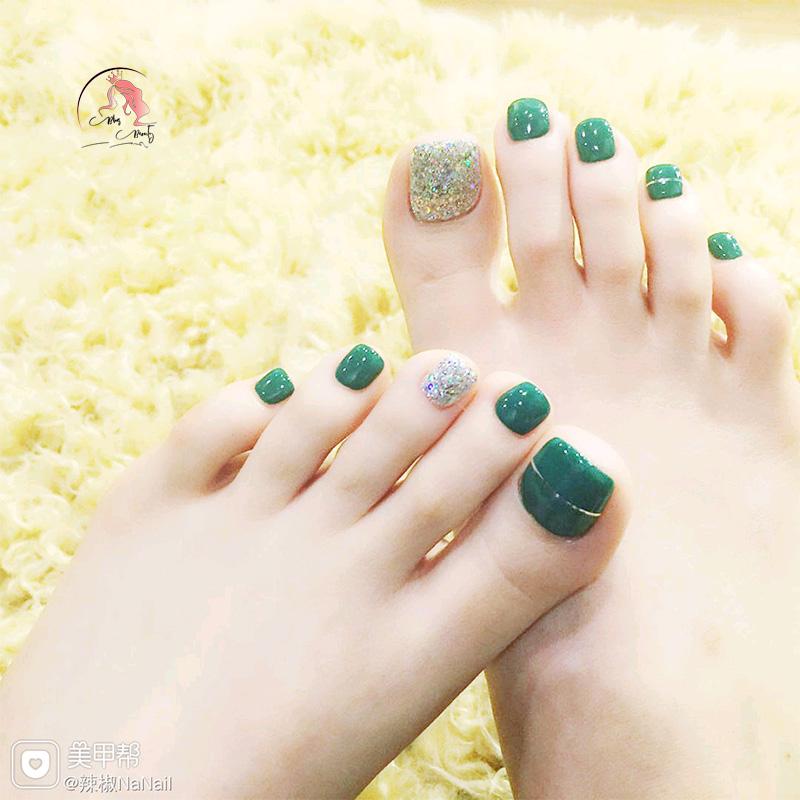 Sơn móng chân màu xanh ngọc