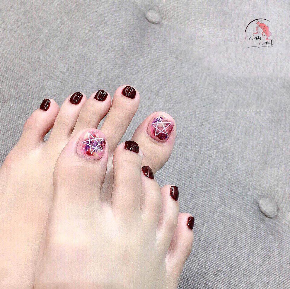 Kiểu màu sơn móng chân gây ấn tượng