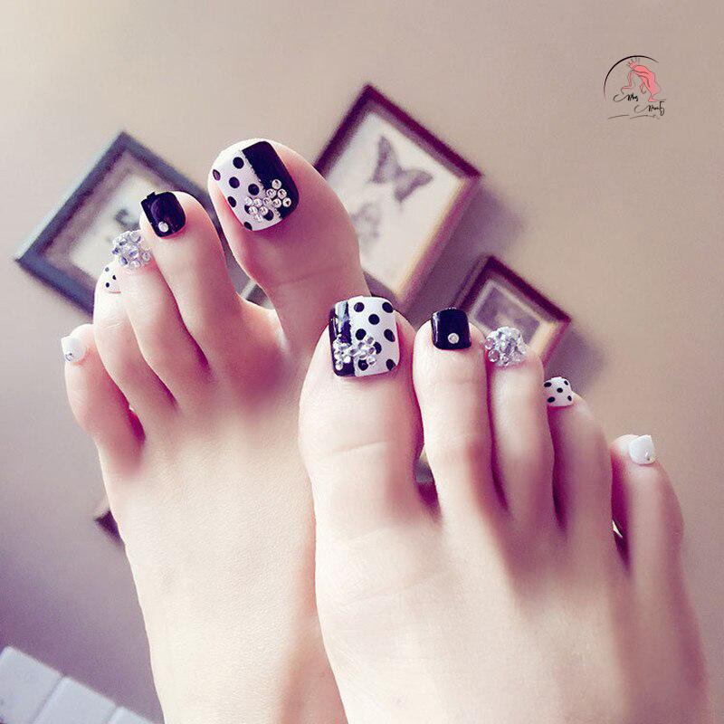 Màu sơn móng chân kim cương