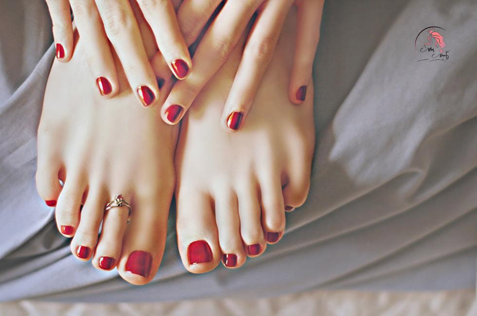 Sơn móng chân màu đỏ mận