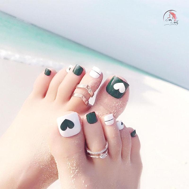 Sơn móng chân màu xanh trắng