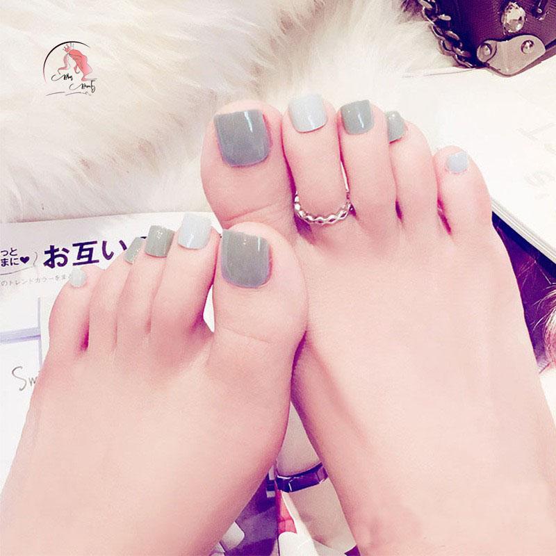 Sơn móng chân màu xám nhạt