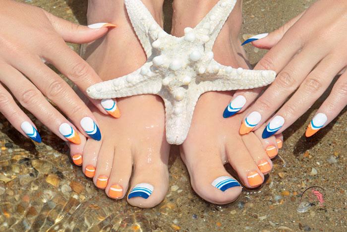 Sơn móng chân màu xanh cổ điển