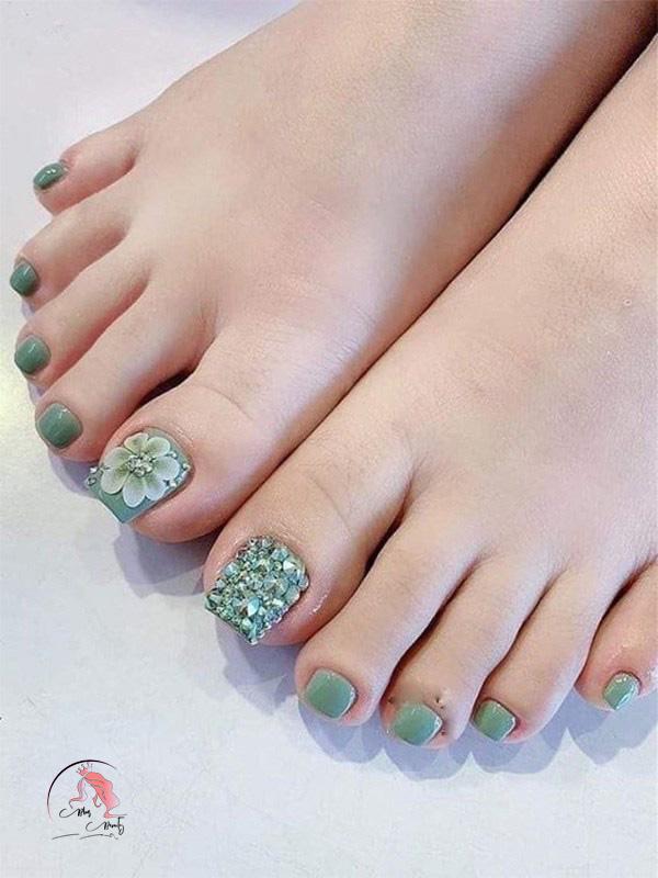 Sơn móng chân màu xanh rêu