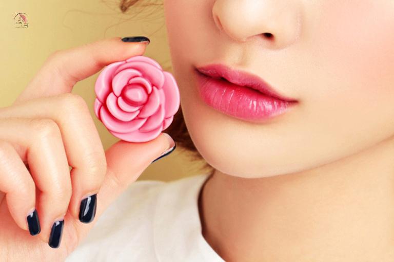 Dưỡng môi hồng tự nhiên bằng cánh hoa hồng