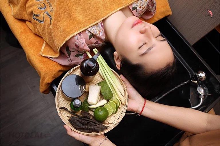 sử dụng dầu gội thảo dược giảm rụng tóc